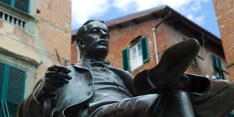 giacomo-puccini-statue-detail