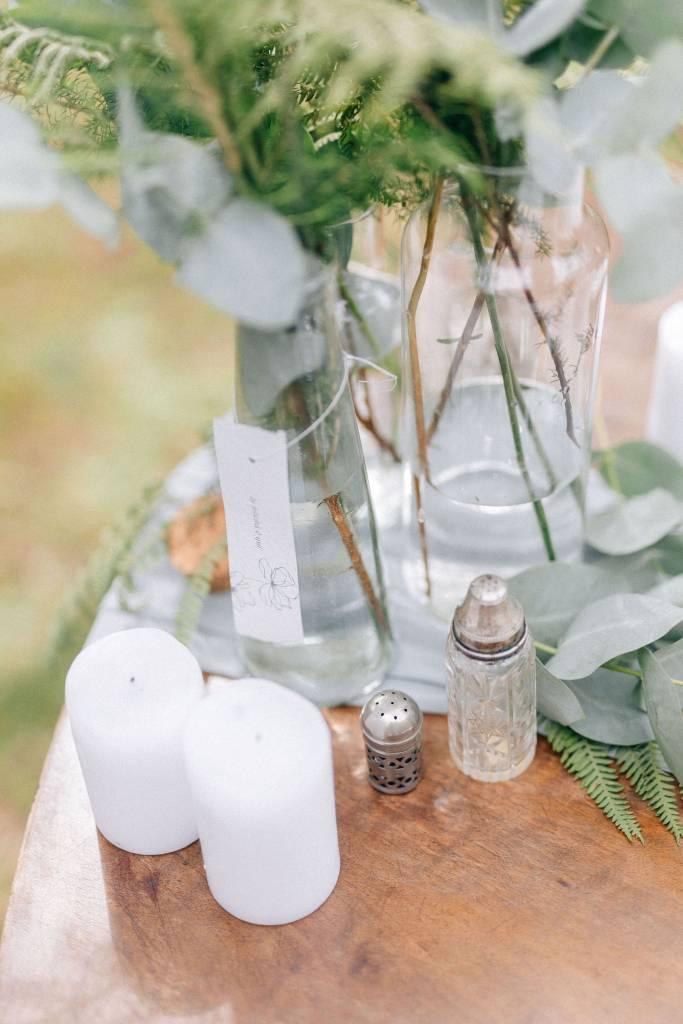 Un piccolo eco matrimonio nell'uliveto-vintage bianco